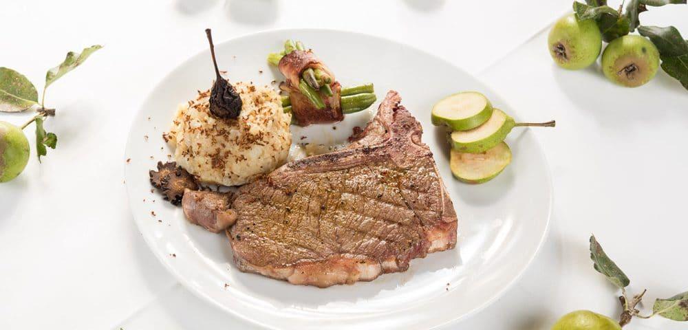 Steak mit Speckfisolen und Erdäpflpüree