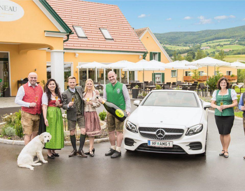 Familie Pailer und die Gabiliers vor der Grünen au in Pöllau