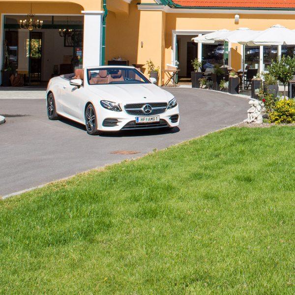 Mercedes Cabrio vorm Hoteleingang