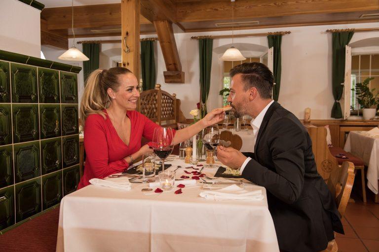 Paar genießt Candle Light Dinner im Restaurant der Grünen Au